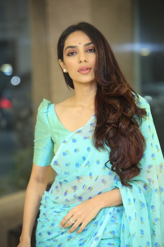 Sobhita Dhulipala Navel Pics In Saree