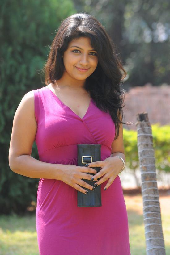 Supriya Aysola HD Pics In Garden