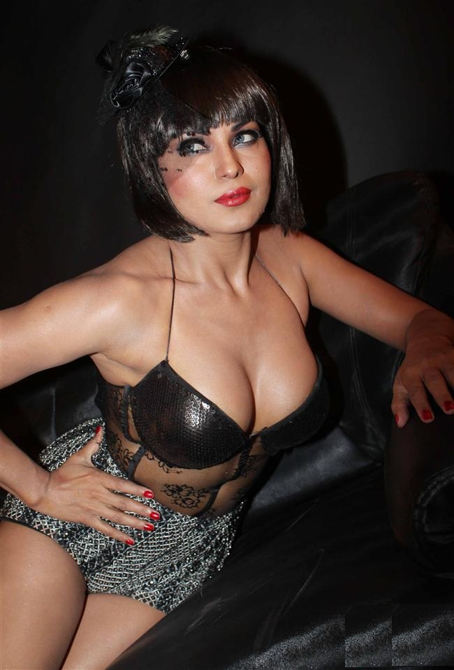 Veena Malik In Bra Panty Shorts Photos