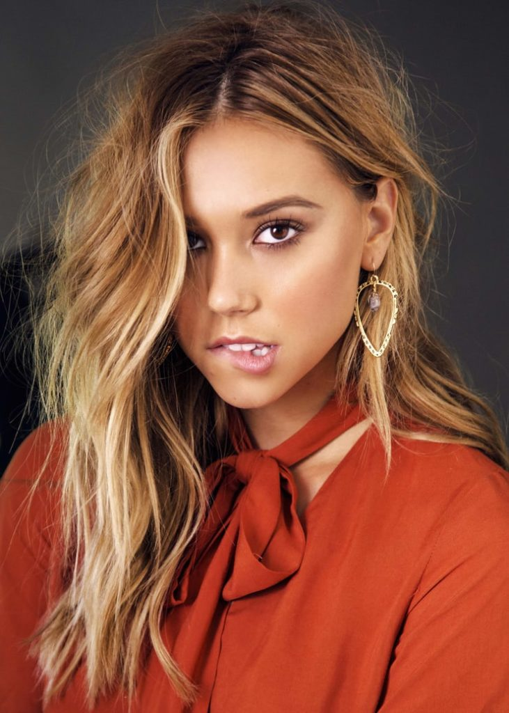 Alexis Ren Hair Style Pictures