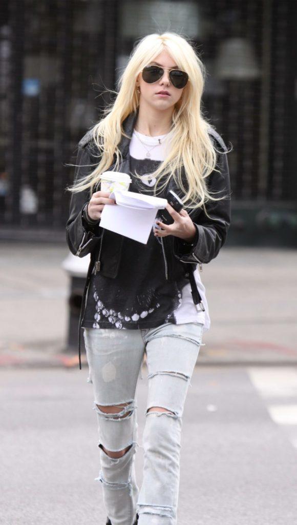 Taylor Momsen Jeans Pics