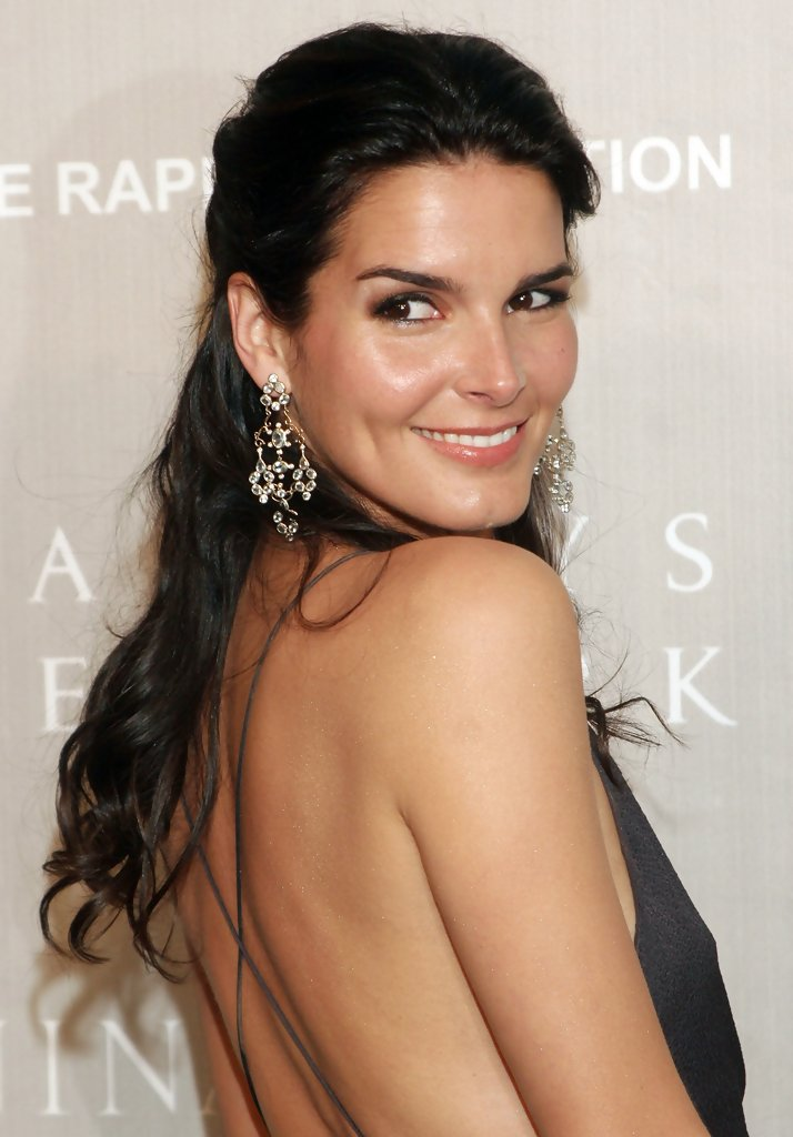 Angie-Harmon-Bold-Wallpapers