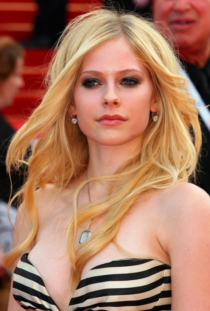 Avril-Lavigne-Topless-Wallpapers