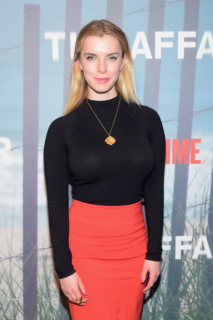 Betty-Gilpin-Bold-Images