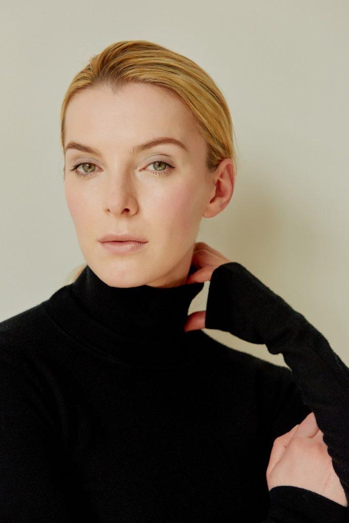 Betty-Gilpin-Makeup-Photos