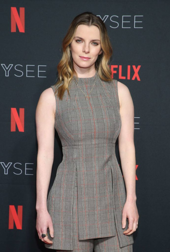 Betty-Gilpin-Muscles-Pictures
