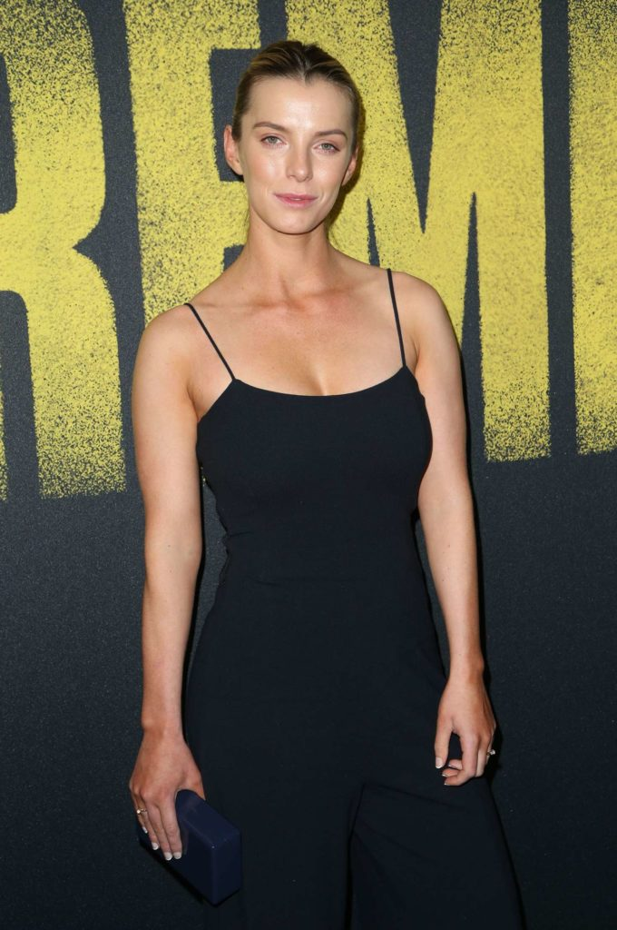 Betty-Gilpin-Sexy-Pictures