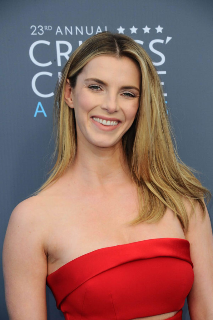 Betty-Gilpin-Smile-Pics