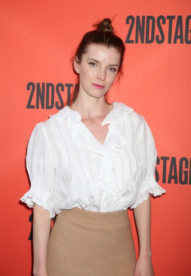 Betty-Gilpin-Wallpapers