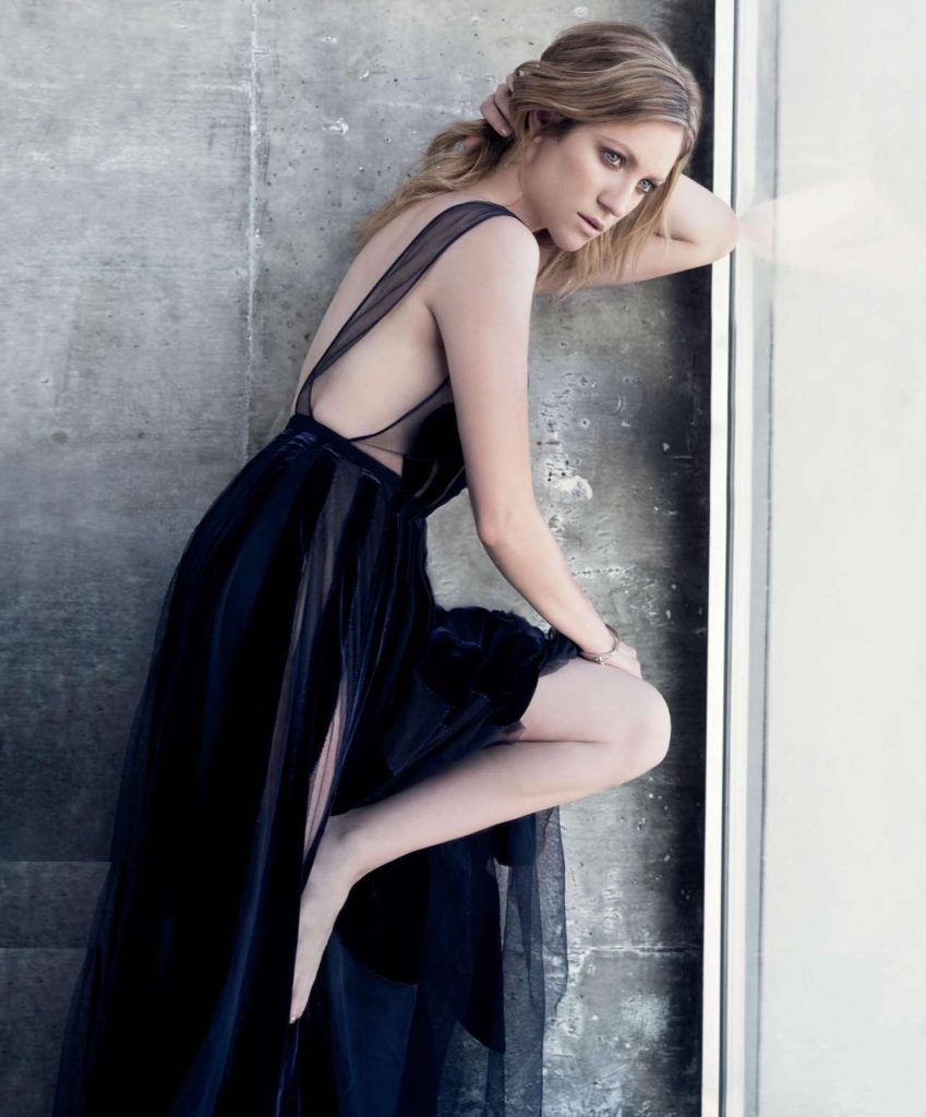 Brittany-Snow-Backless-Pics