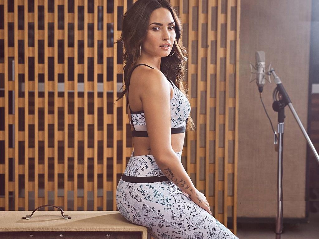 Demi-Lovato-Bra-Leggings-Images