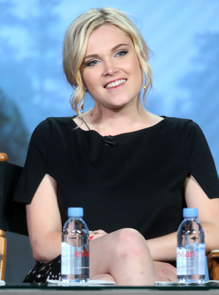 Eliza-Taylor-Smile-Photos