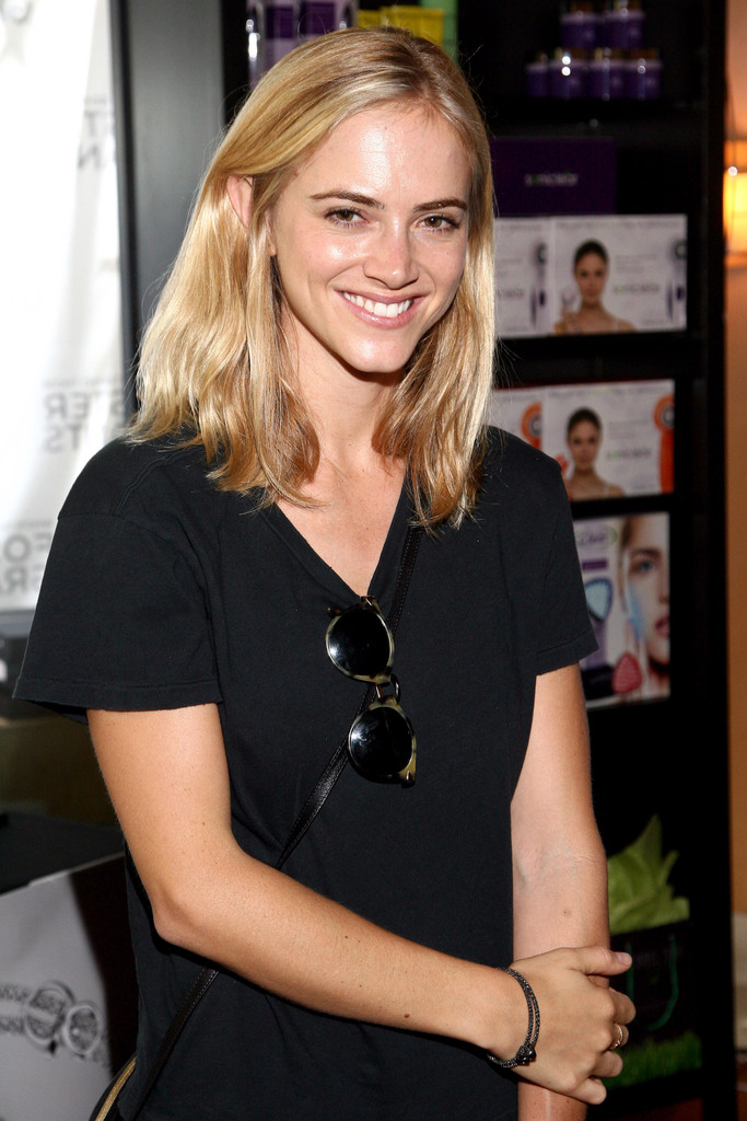 Emily-Wickersham-Hot-Sexy-Pictures
