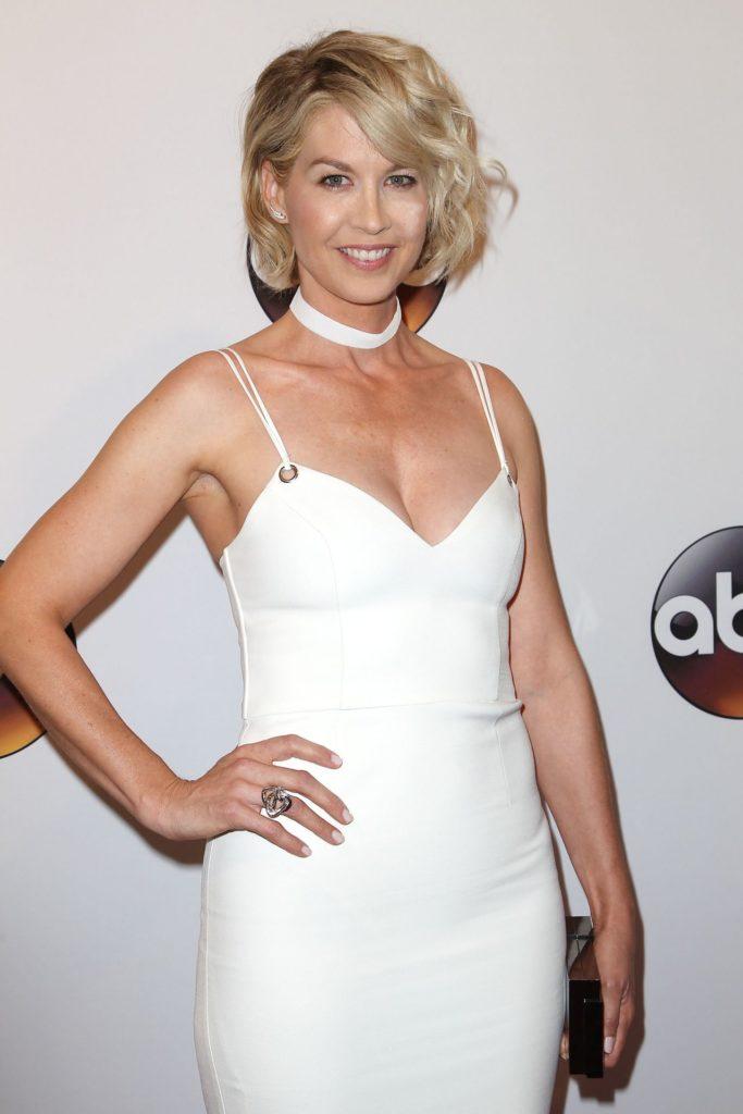 Jenna-Elfman-Sexy-Armpits-Pics
