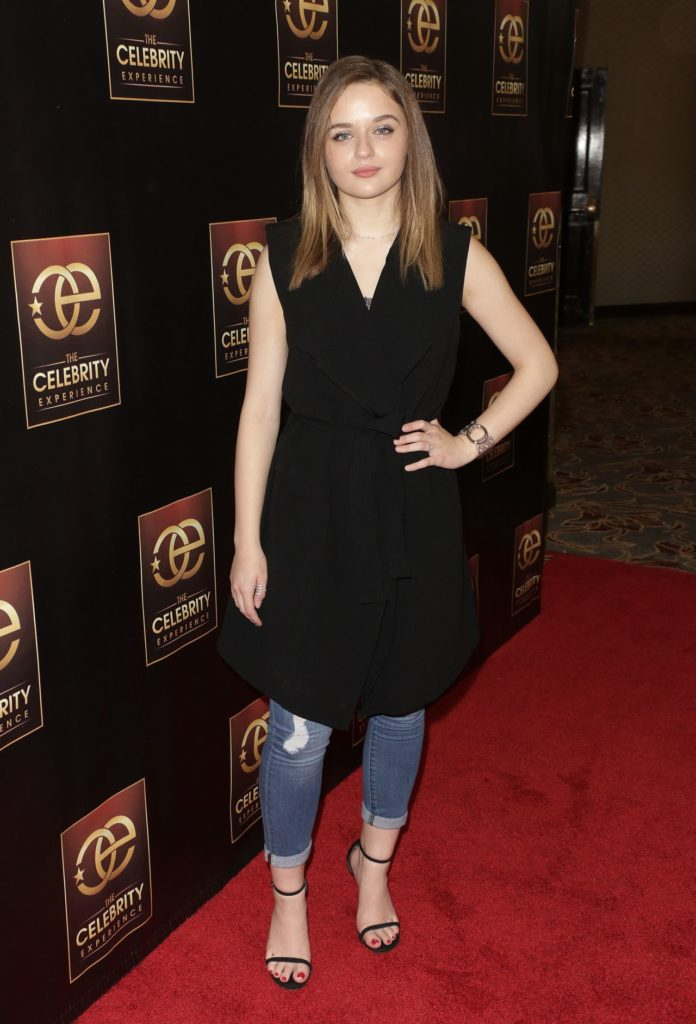 Joey-King-Jeans-Photos