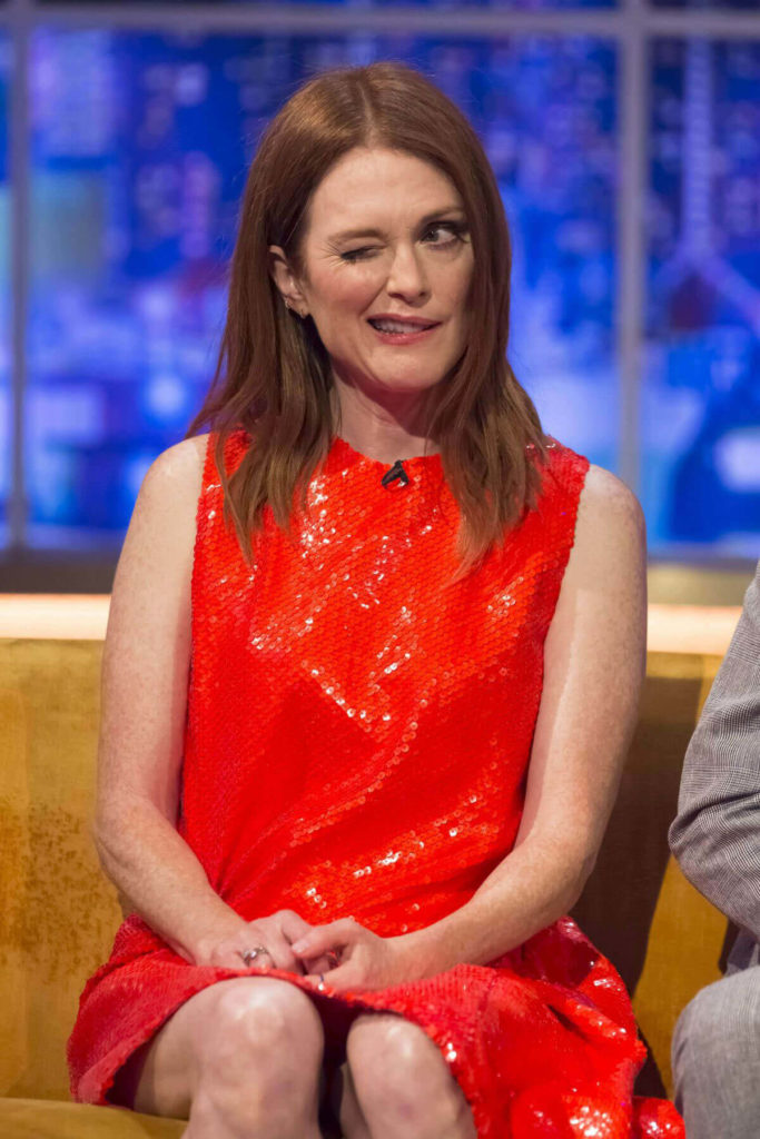 Julianne-Moore-Oops-Moments-Photos